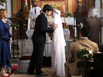La pareja se besa para sellar el matrimonio