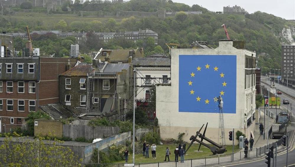 Banksy pinta un mural del Brexit