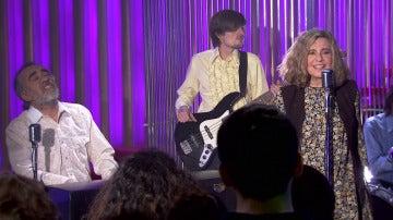 Teo y María nos deleitan con su música en el 'King's Road Club'