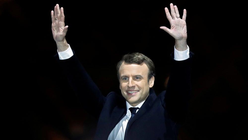 Emmanuel Macron triunfante tras imponerse en las presidenciales