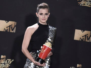 Emma Watson junto a su premio en los MTV Movie and TV Awards