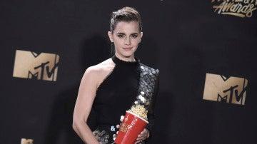Emma Watson junto a su premio en los MTV Movie and TV Awards