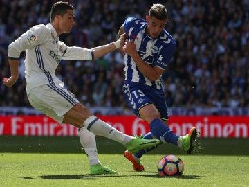 Theo Hernández intenta taponar un disparo de Cristiano Ronaldo