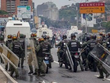 Miembros de la Guardia Nacional se enfrentan a un grupo de manifestantes