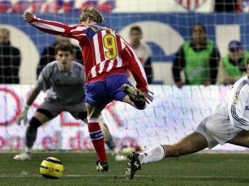 Fernando Torres regatea a Iván Helguera durante un derbi en el Calderón