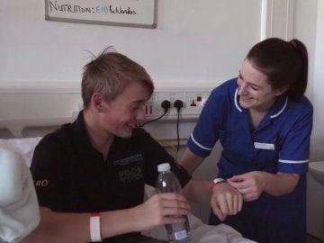Billy Monger, en el hospital junto a una enfermera