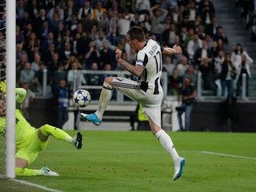 Mario Mandzukic anotando un gol con la Juventus