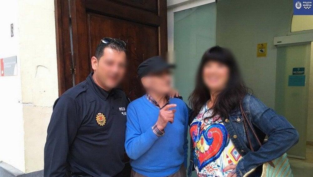 El anciano junto a la policía local de Murcia