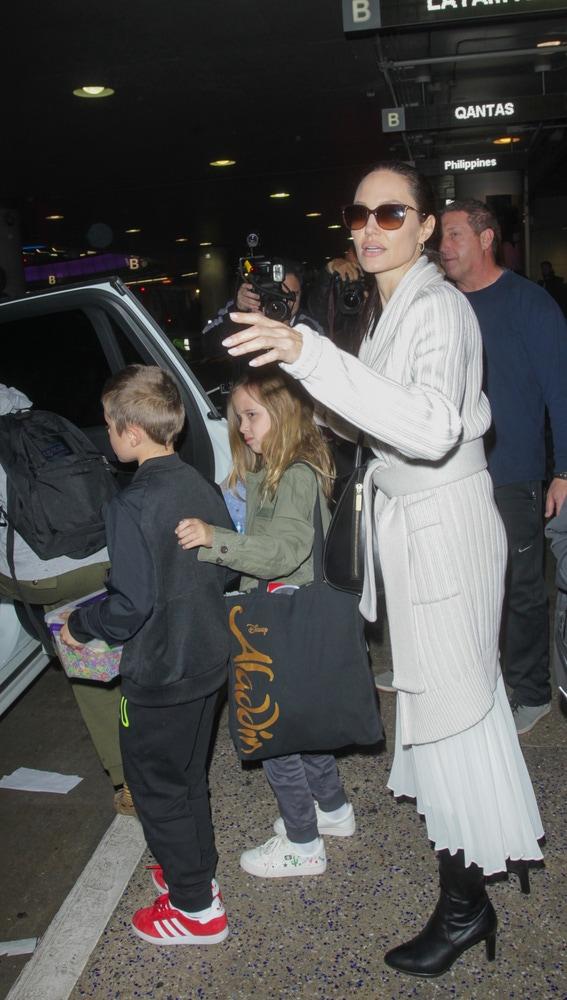 Angelina Jolie con sus hijos en California