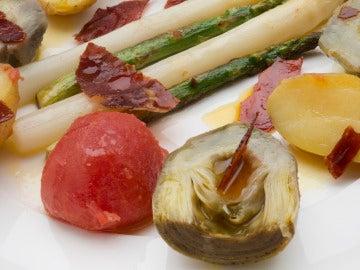 Verduras de primavera con salsa de cítricos.