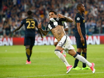 Alves celebra su gol ante el Mónaco