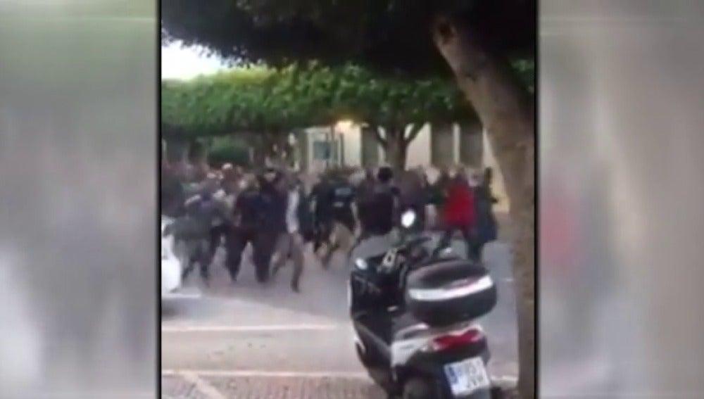 Frame 4.602692 de: Un centenar de inmigrantes salta la valla en Melilla con 3 guardias heridos