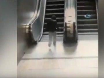 Menor atrapado en una escalera mecánica