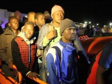 Frame 26.999329 de: Los 53 inmigrantes rescatados en alta mar han llegado al Puerto de Motril