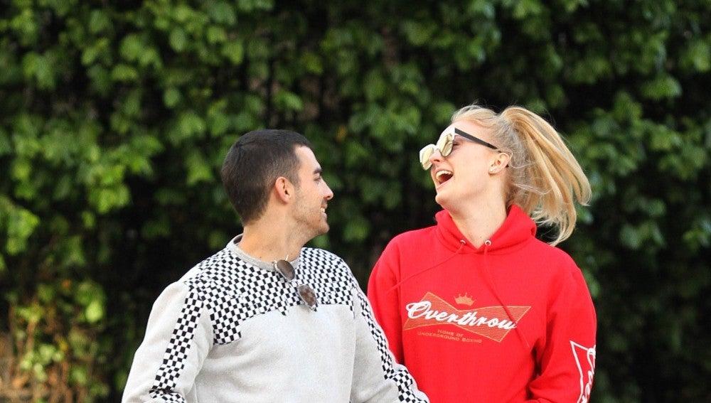 Joe Jonas junto a una muy sonriente Sophie Turner