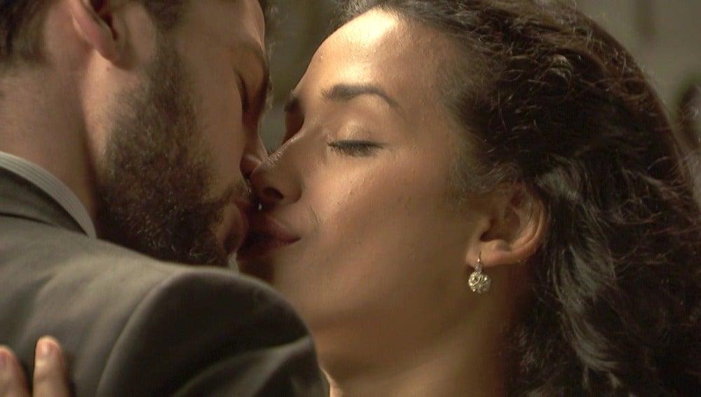 Hernando piensa en Lucía al besar a Camila