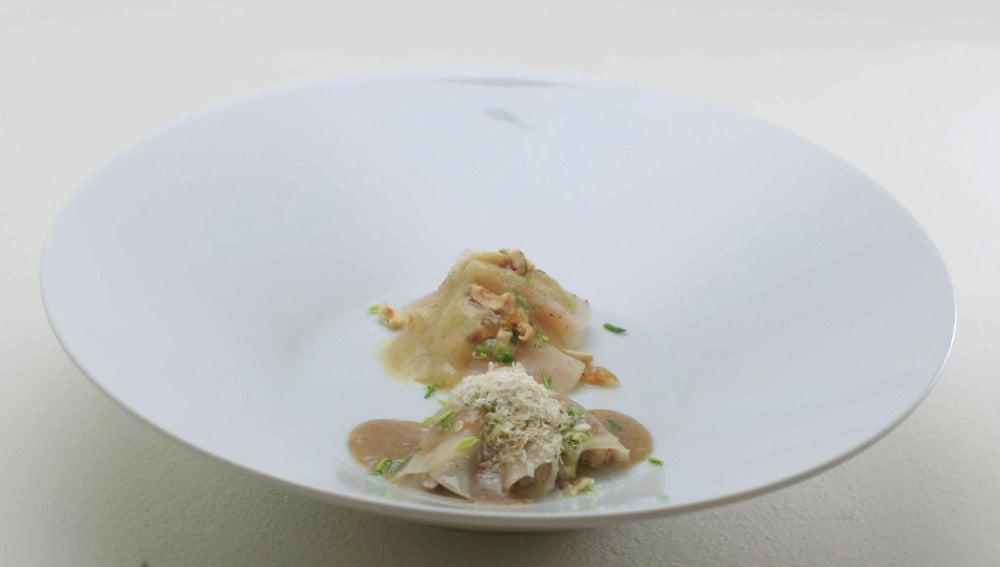 La Regenta Siglo XXI: rollitos de pera con salmón marinado, salsa de manzana y avellanas garrapiñadas. Rollitos de pera con perdiz, salsa de nueces y espuma de castaña