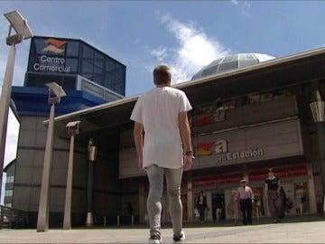 Frame 0.355661 de: Una pareja homosexual es expulsada de un centro comercial por ir de la mano y besarse en público