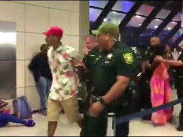 Frame 16.681458 de: Revueltas entre los viajeros atrapados por cancelaciones en el aeropuerto de Fort Lauderdale