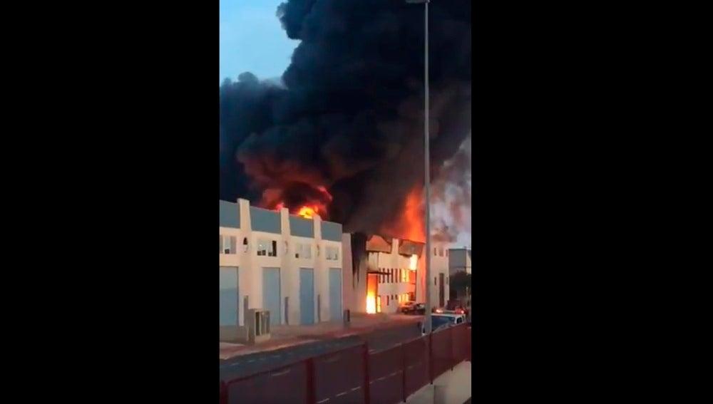 Incendio en una fábrica de caucho