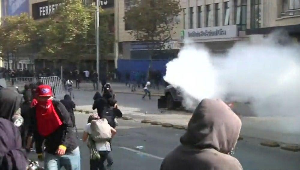 Frame 17.710166 de: Disturbios y cargas policiales durante una marcha en protesta por una reforma estudiantil en Chile