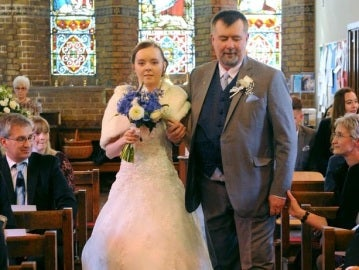 Jessica acude acompañada de su padre al altar