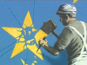 Frame 30.935366 de: Banksy pinta por primera vez un mural sobre el 'Brexit' en la ciudad inglesa de Dover
