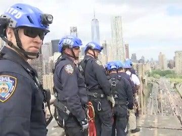 Frame 54.617142 de: Policías de elite vigilan Nueva York desde los monumentos y edificios más altos de la ciudad