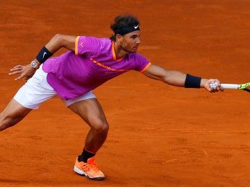 Rafa Nadal intenta llegar a una bola en el partido ante Fognini