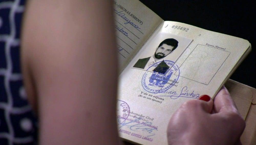 María descubre el pasaporte falso de Alonso
