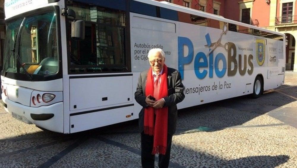 Padre Ángel junto al 'Pelobús'