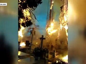Frame 10.746791 de: Un rayo provoca un aparatoso incendio en el cementerio de Cacabelos