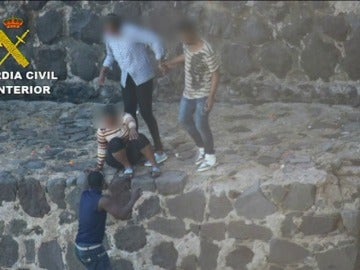 Frame 37.089777 de: Ocho detenidos, uno de ellos menor, por introducir 166 inmigrantes en Melilla