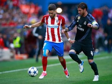 Yannick Carrasco y Sergio Ramos durante el Atlético - Real Madrid