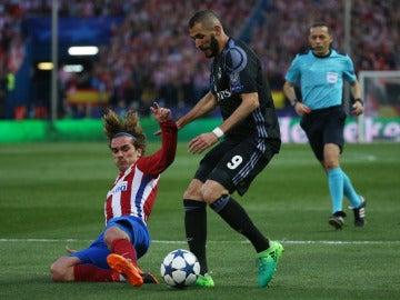 Benzema y Griezmann durante una acción del partido