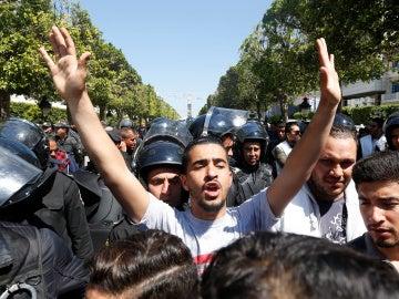 Un vendedor de fruta se prende fuego desatando las protestas en Túnez