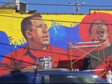 Frame 9.784405 de: Destruyen un mural de Hugo Chávez en Nueva York