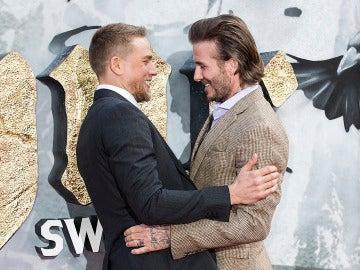Charlie Hunnam y David Beckham se saludan cariñosamente