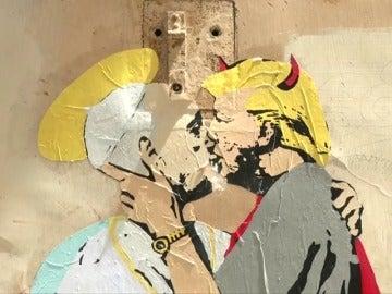 Frame 14.651555 de: Un beso entre el papa Francisco y Donald Trump aparece pintado en un muro cercano al Vaticano