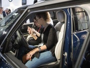 Dos asistentes al Automobile Barcelona prueban el nuevo Mini Countryman