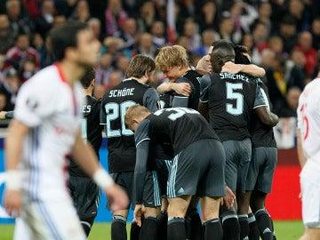 Los jugadores del Ajax celebran su gol contra el Lyon en Francia