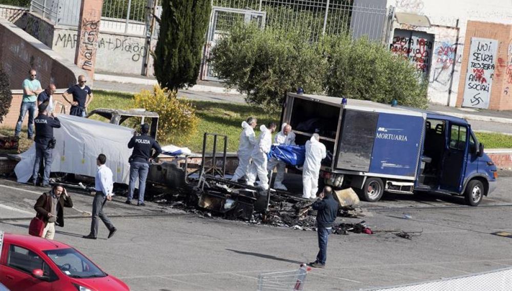 Los forenses trabajan en el lugar del incendio