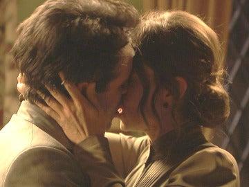 Adela se deja guiar por su corazón y besa a Carmelo