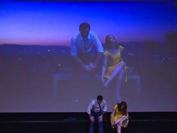"""Frame 5.674076 de: """"Sing Alone"""" permite al espectador sentirse como los protagonistas de la película"""