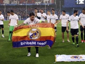 Sergio Ramos coloca la bandera del Real Madrid en el césped del Calderón