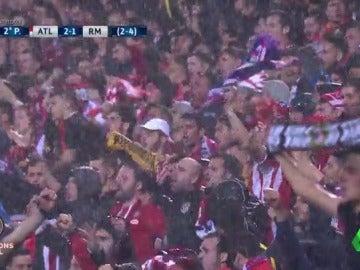 Frame 5.565714 de: La espectacular despedida del Calderón a sus jugadores bajo la lluvia que pone los pelos de punta