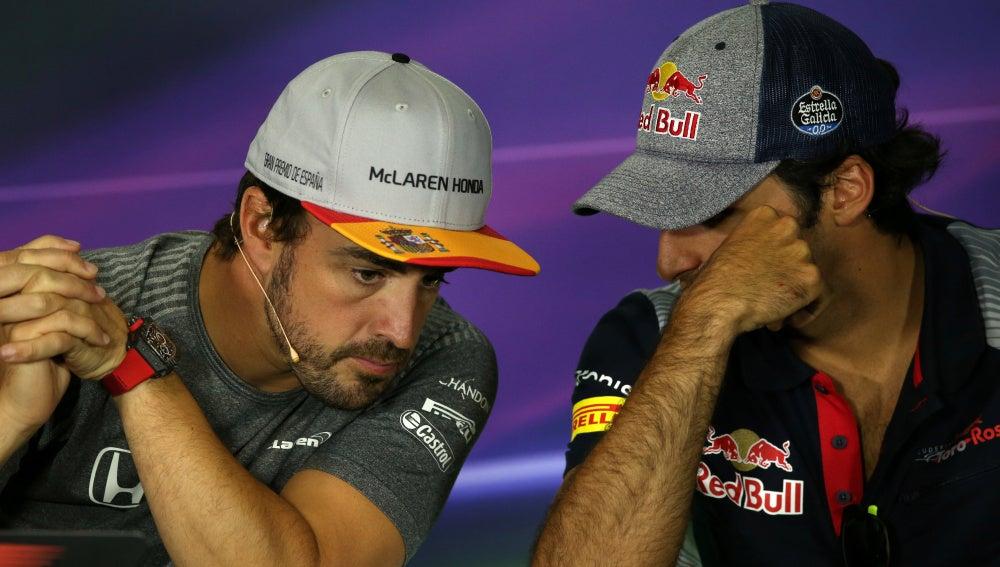 Fernando Alonso y Carlos Sainz dialogan durante la rueda de prensa