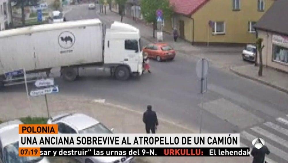 Una anciana sobrevive al atropello de un camión