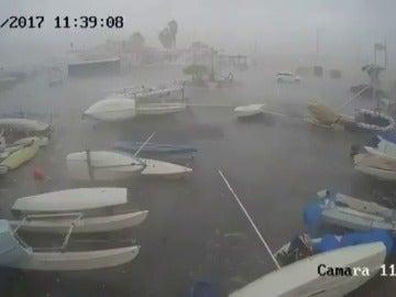 Frame 27.155555 de: Un pequeño tornado arrasa embarcaciones y mobiliario urbano en El Rompido
