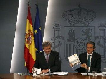 El portavoz del Gobierno, Íñigo Méndez de Vigo, y el ministro de Fomento, Iñigo de la Serna